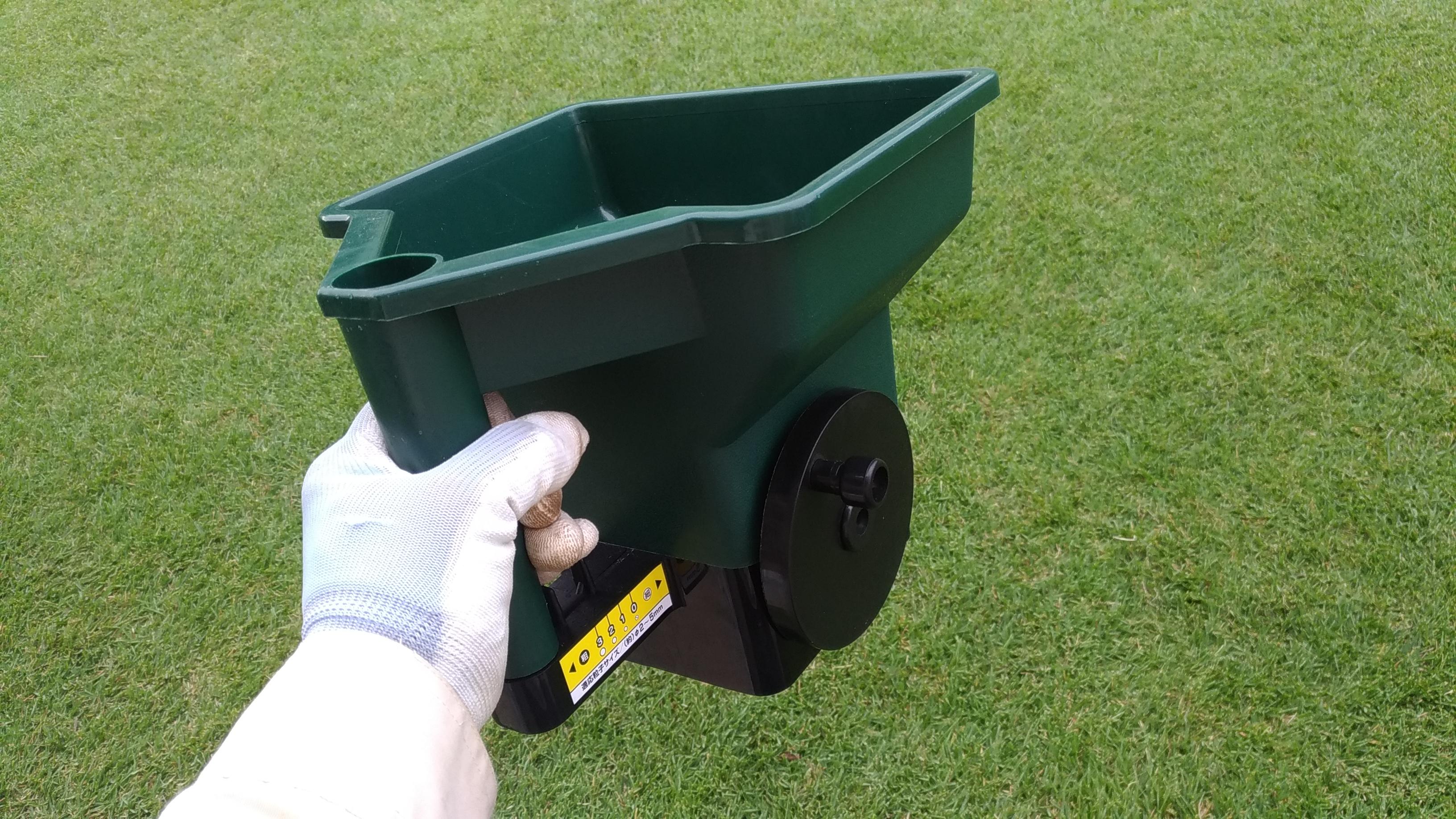 芝生の止め肥&化成肥料をムラなく撒くための散粒機の使い方😃