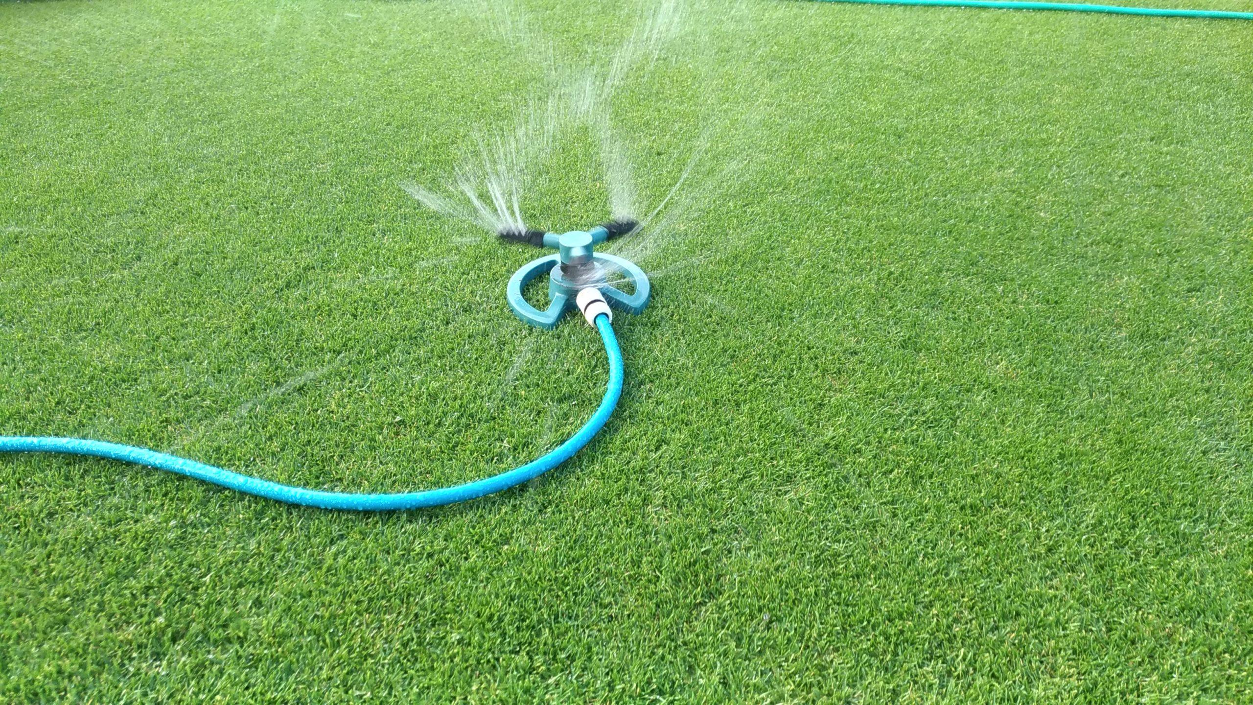 芝生の水やりにスプリンクラー😃✨